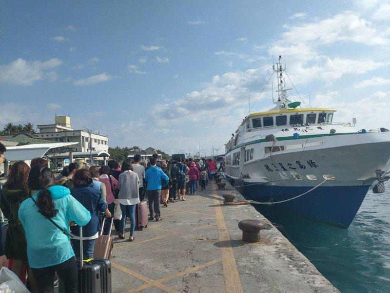為維護旅運安全,交通部航港局已啟動固定航線載客船舶全面抽查,並協同檢疫單位強化非洲豬瘟及鼠疫防疫措施,積極防治疫情,要陪民眾過好年。 圖/航港局提供