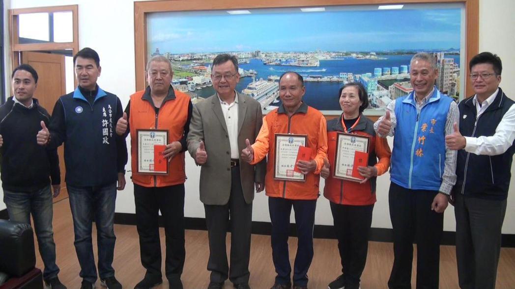 澎湖縣長賴峰偉(左四)今早到馬公市公所慰勉有功清潔人員。記者王昭月/攝影