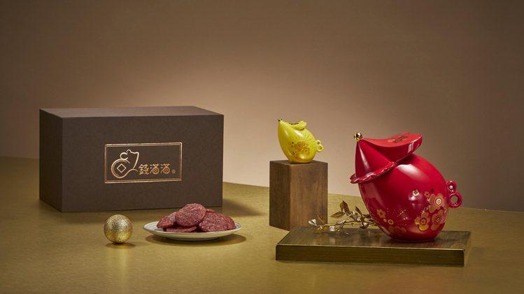新東陽「鼠錢滿滿禮盒」,討喜金鼠瓷器象徵鼠錢滿滿好運來。圖/新東陽提供