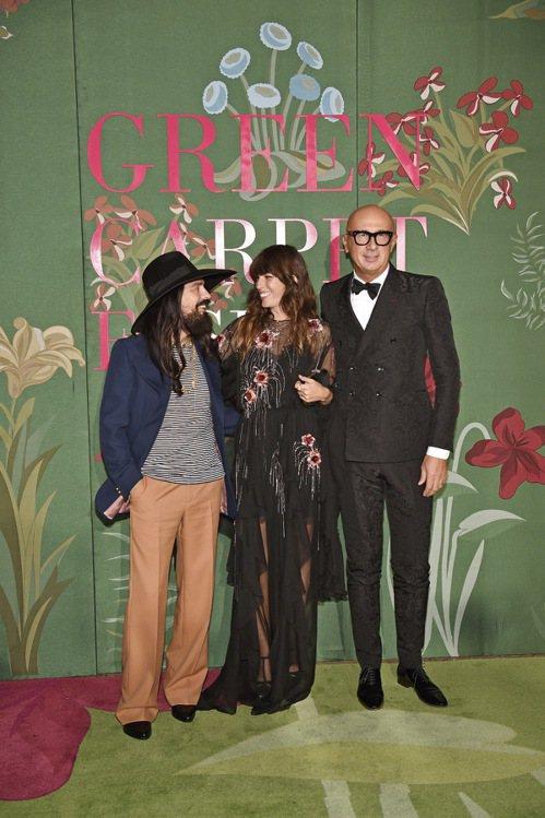 可持續性發展已經是Gucci品牌宗旨,圖為品牌創意總監Alessandro Michele、女星Lou Doillon與CEO Marco Bizzarri一同出席綠毯時尚大獎。圖/Gucci提供