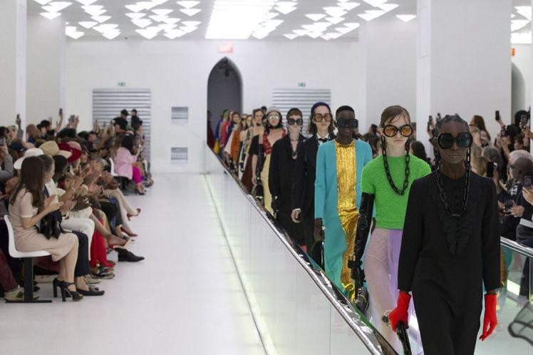 Gucci 2020春夏時裝秀實施「碳中和」計畫,為參與賓客種樹,並使用低能源消...