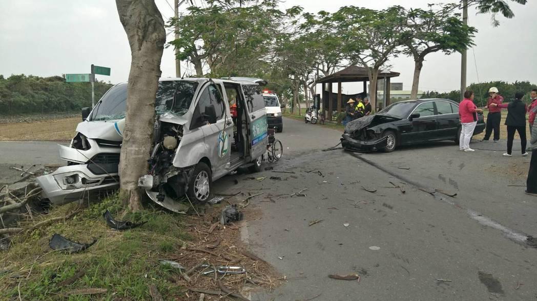 溪州鄉日照中心接駁車發生車禍,撞擊力道大,車上5人受傷送醫。記者林敬家/翻攝