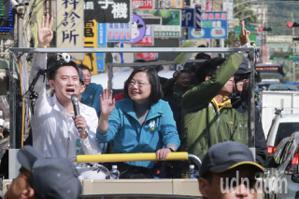 蔡英文掃街民眾回應:有您守護台灣讓我們放心再生一胎