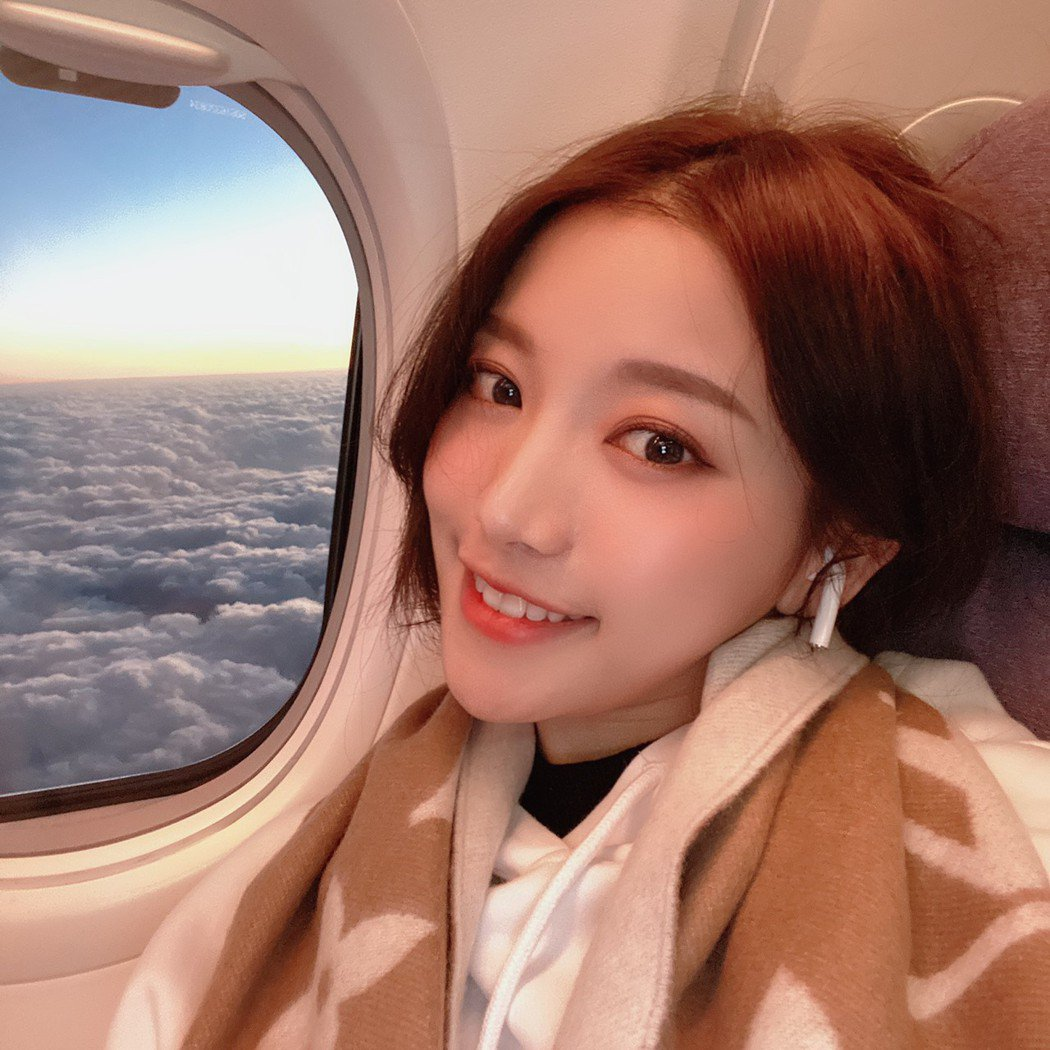 蔡瑞雪在機上忍不住與窗外的雲海合影。圖/興揚提供