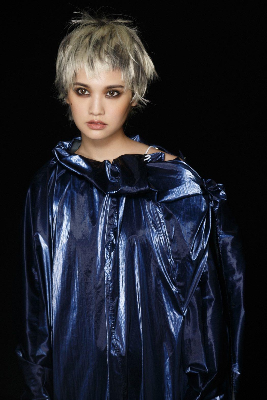 楊丞琳穿著密不通風的塑料服裝,拍攝MV時不斷噴汗。圖/EMI提供