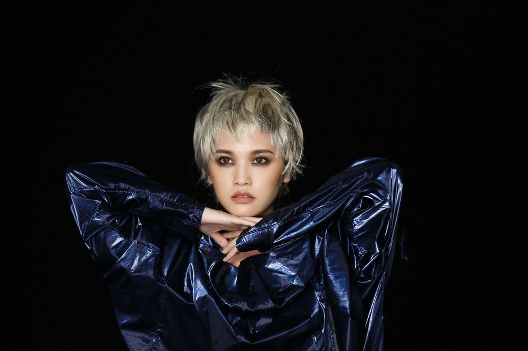 楊丞琳推出新歌「煉愛」MV。圖/EMI提供