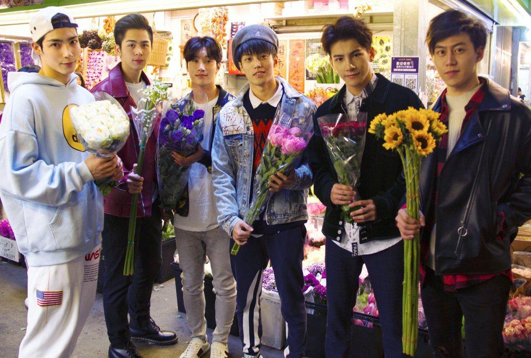 達騰六帥黃士杰(左起)蘇韋華、李時剛、徐謀俊、張又瑋和郭宇宸過年逛花市。圖/達騰