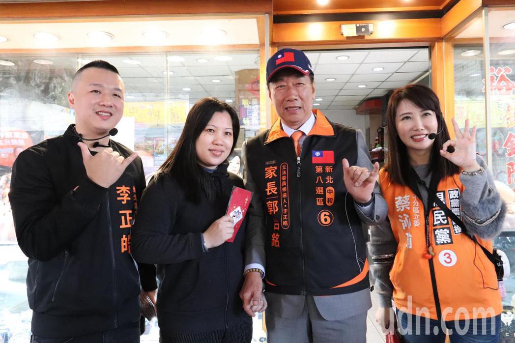 親民黨立委候選人李正皓帶著全新造型到勝利市場掃街。記者胡瑞玲/攝影