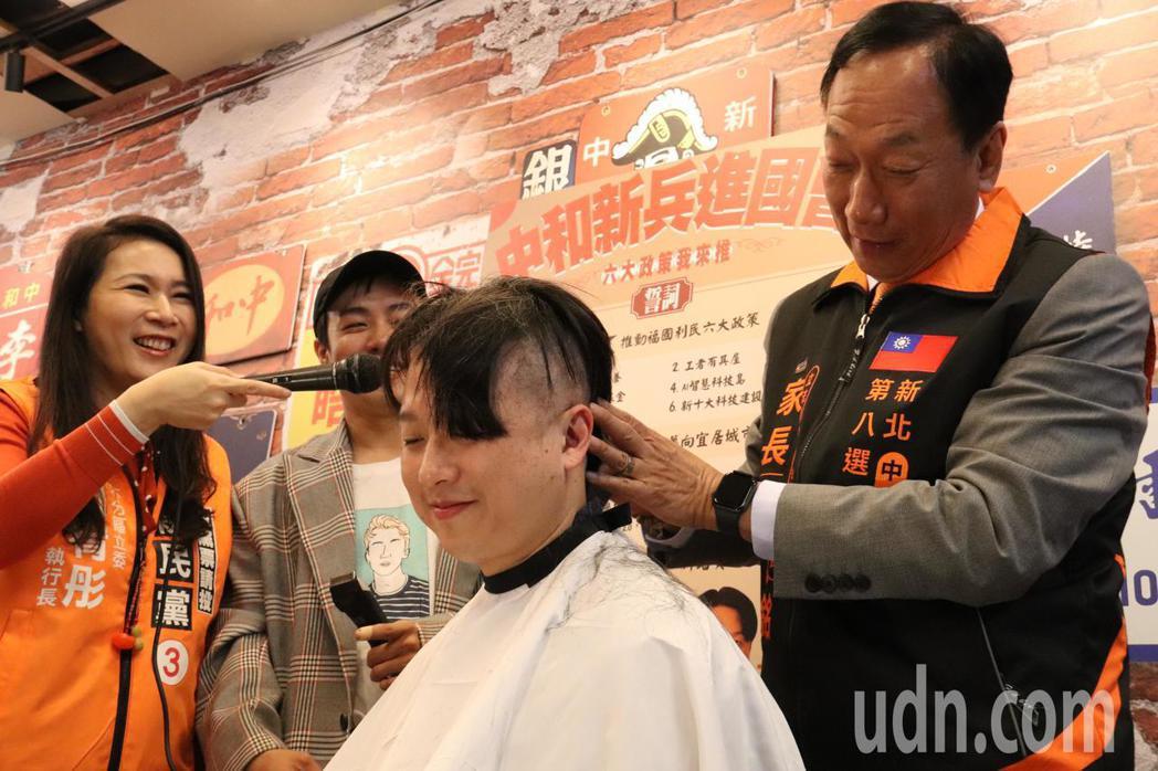 親民黨立委候選人李正皓請鴻海創辦人郭台銘幫忙剃頭,展現進國會決心。