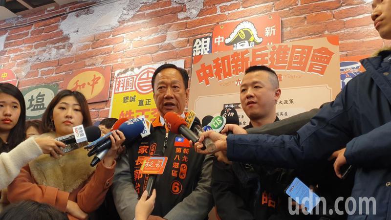 鴻海創辦人郭台銘表示,他第一次背氣球輔選就獻給民眾黨。記者胡瑞玲/攝影