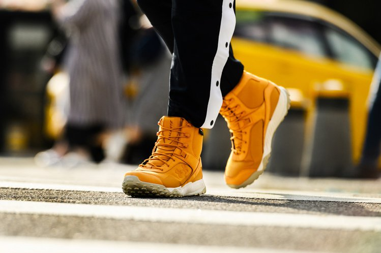 UA Valsetz Cordura休閒靴搭配紅、黃色以及百搭的黑色等不敗色系。...