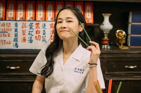 擁有百萬粉絲的美食Youtuber千千,2018年創立乾拌麵品牌「水哦千拌麵」,去年底推出新口味「辣豆瓣黃麵」,從商品製作到行銷企劃,千千親力親為,背景設定在8、90年代的台灣,她親自出馬拍攝宣傳片...