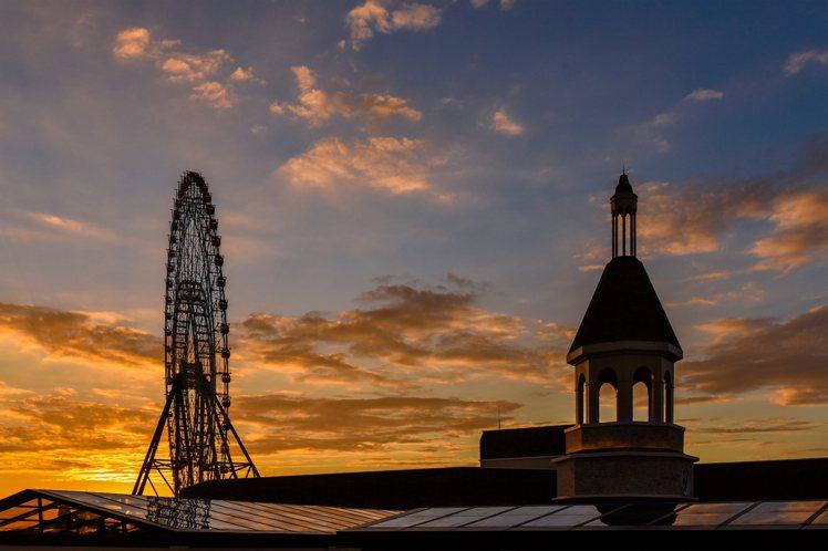 星巴克鐘樓與麗寶摩天輪相互輝映。圖/麗寶提供