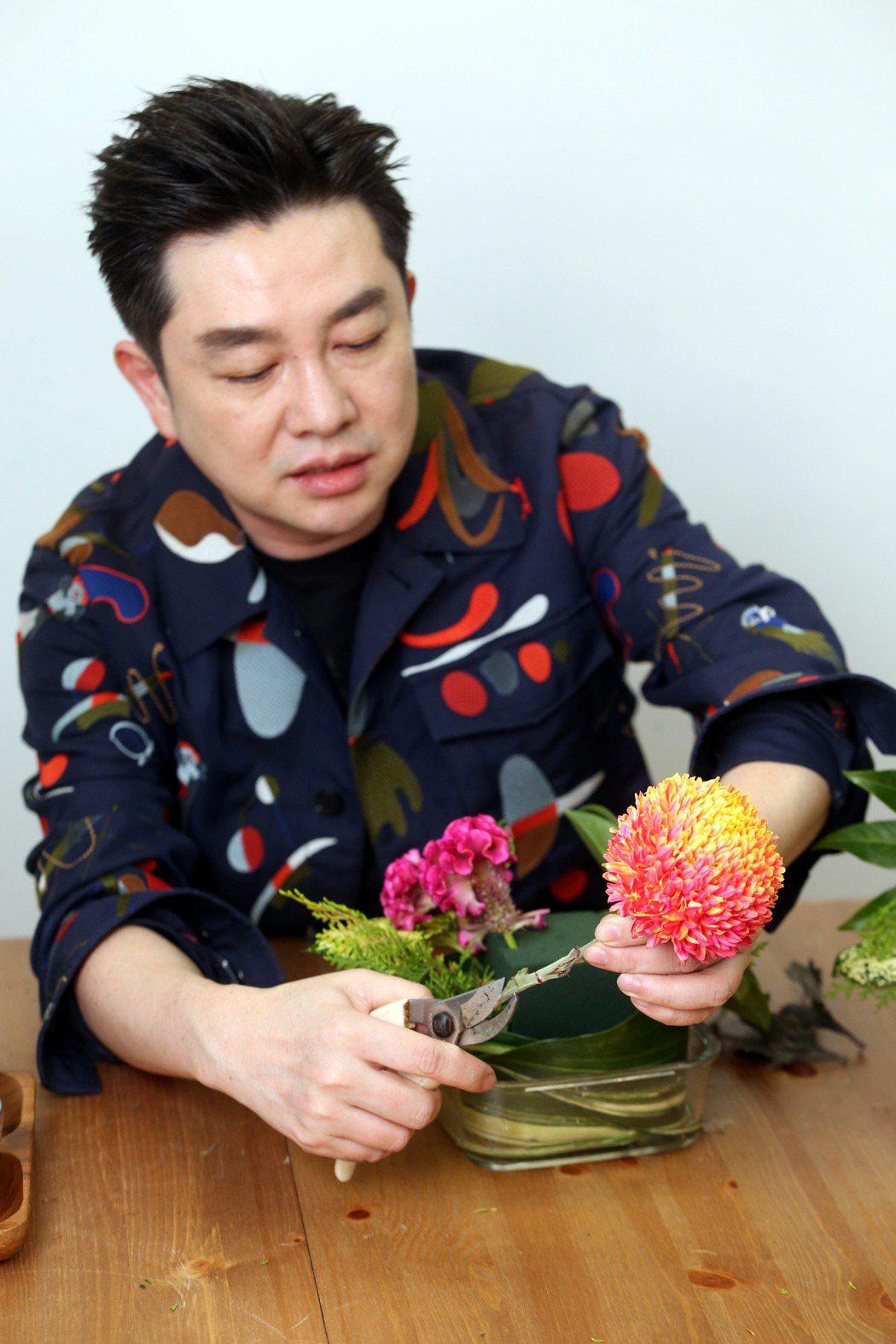 李明川用保鮮盒插花,修飾。記者邱德祥/攝影