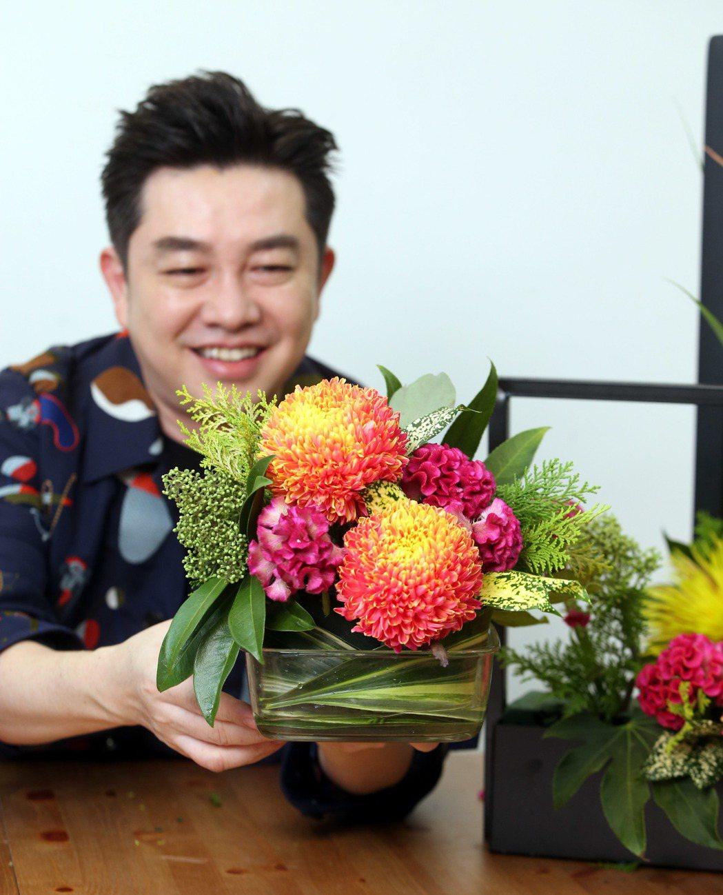 李明川用保鮮盒插花。記者邱德祥/攝影