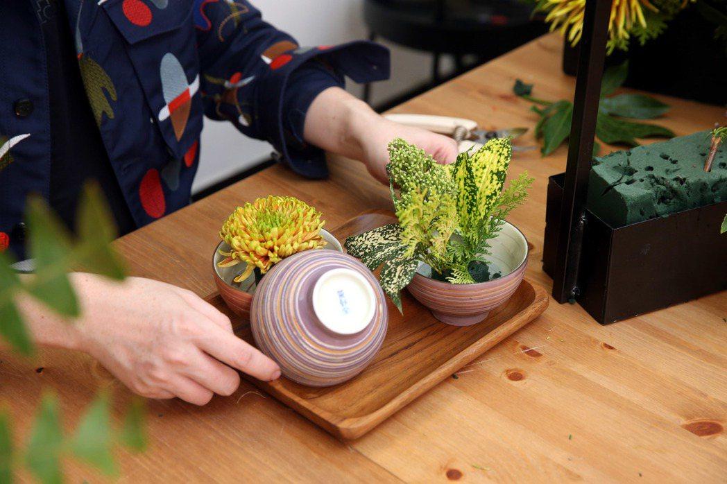 李明川用碗插花,整體修飾。記者邱德祥/攝影