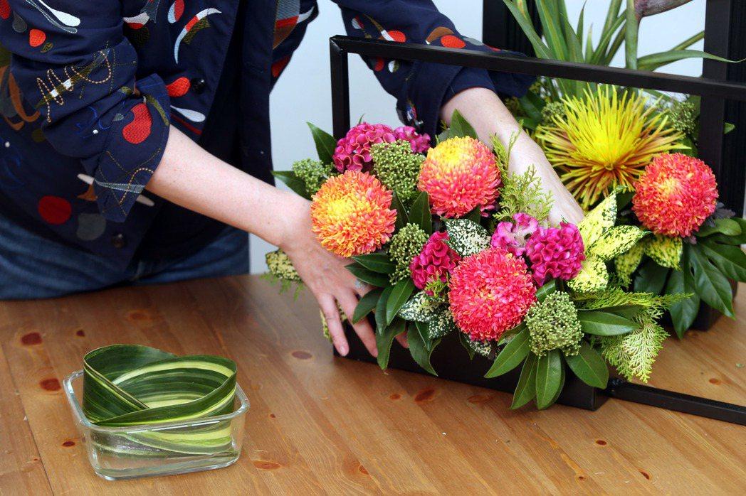李明川用保鮮盒插花,打底。記者邱德祥/攝影