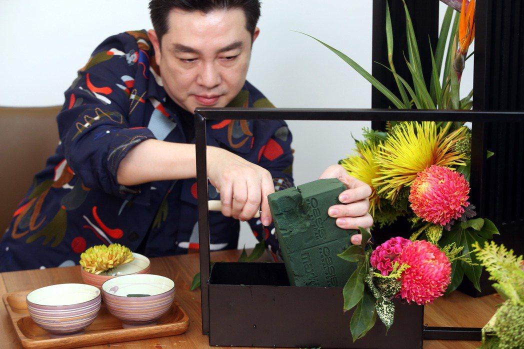 李明川用碗插花,取適當大小舊海棉。記者邱德祥/攝影