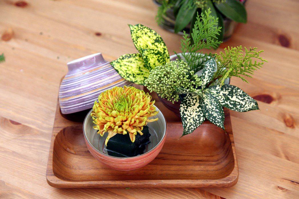 李明川用碗插花,成品。記者邱德祥/攝影