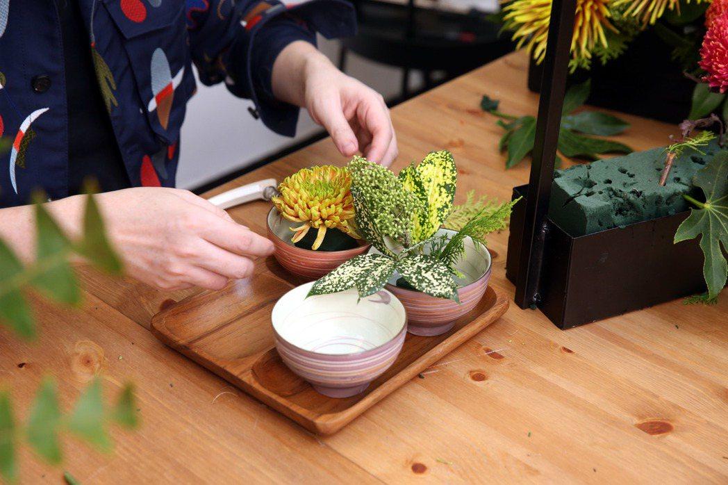 李明川用碗插花,移置茶朵。記者邱德祥/攝影
