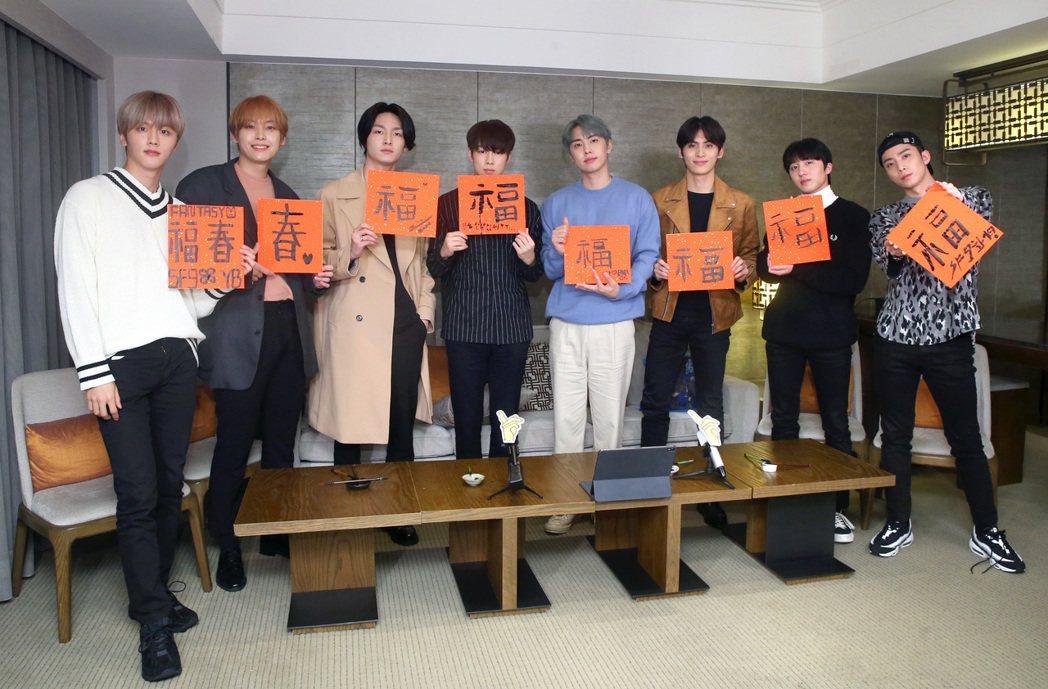 韓國新生代男團「SF9」揮毫寫書法 ,向台灣粉絲拜年。記者林澔一/攝影