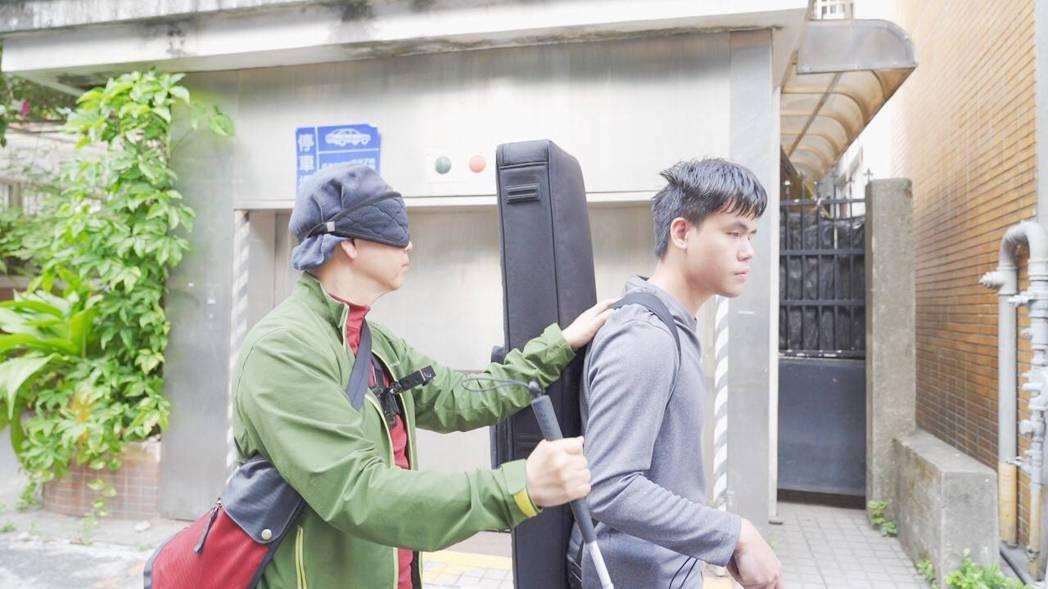 陳凱倫(左)60歲生日送給自己的禮物是體驗當一日盲人。圖/陳凱倫提供