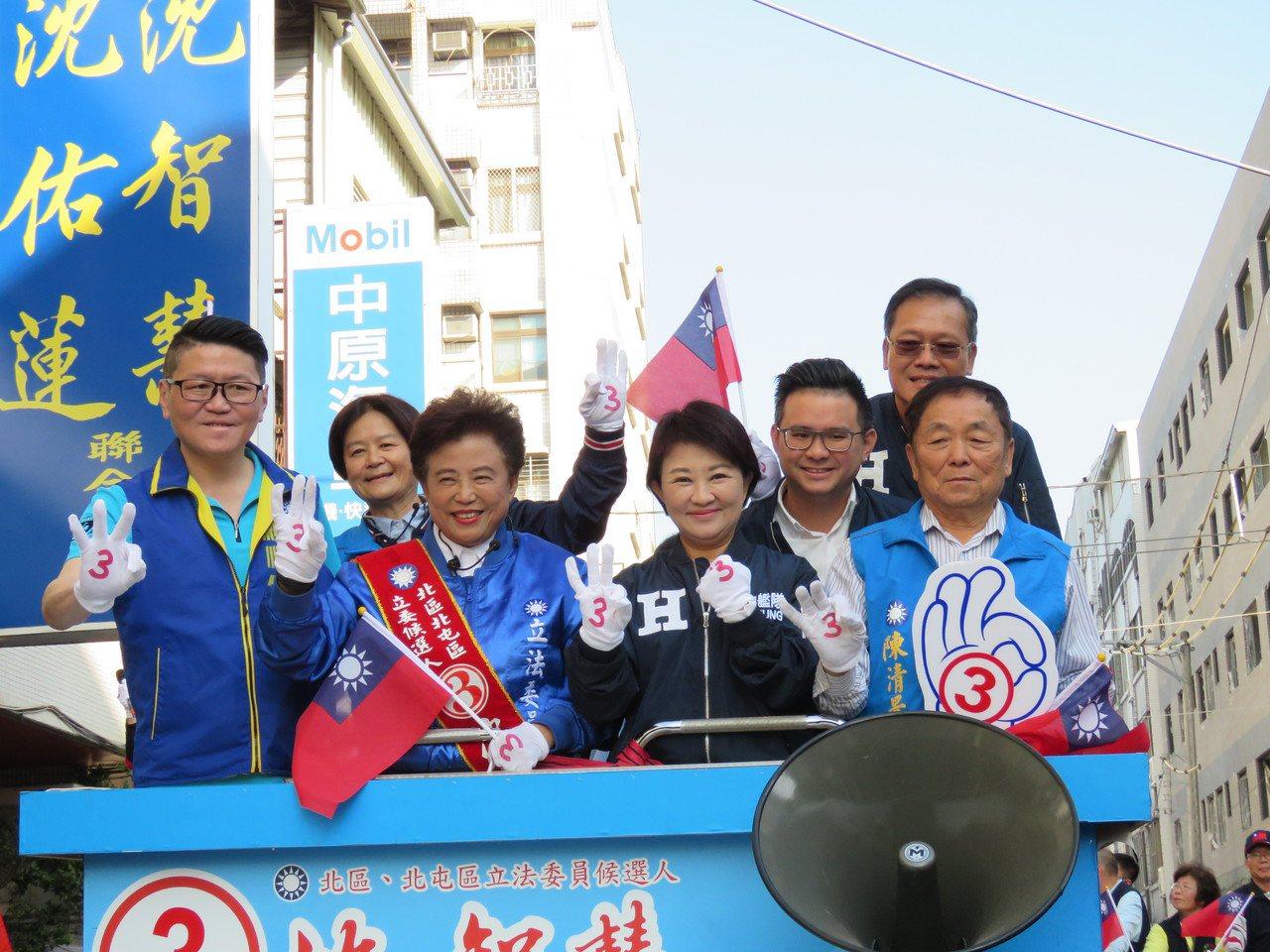 台中市長盧秀燕(右二)今下午陪立委候選人沈智慧(左二)掃街。記者黃寅/攝影