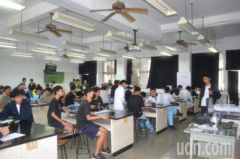 教育部為提升教師專業,昨在台南一中辦觀議課研習。記者鄭惠仁/攝影
