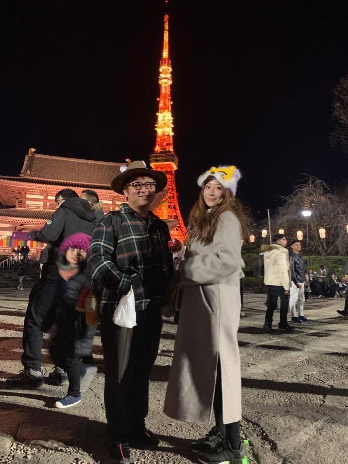 納豆(左)和女友依依如膠似漆,才剛從日本旅行回來。圖/納豆提供