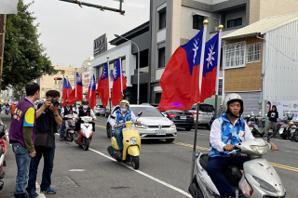 兩組候選人車隊相連 百幅國旗開道緊接賴清德揮手