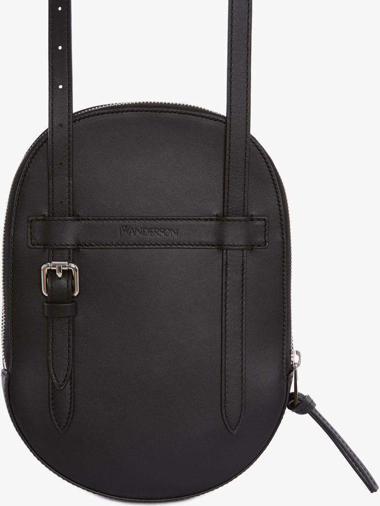 JW Anderson帽子包(背面圖),售價26,980元。圖/ARTIFACT...