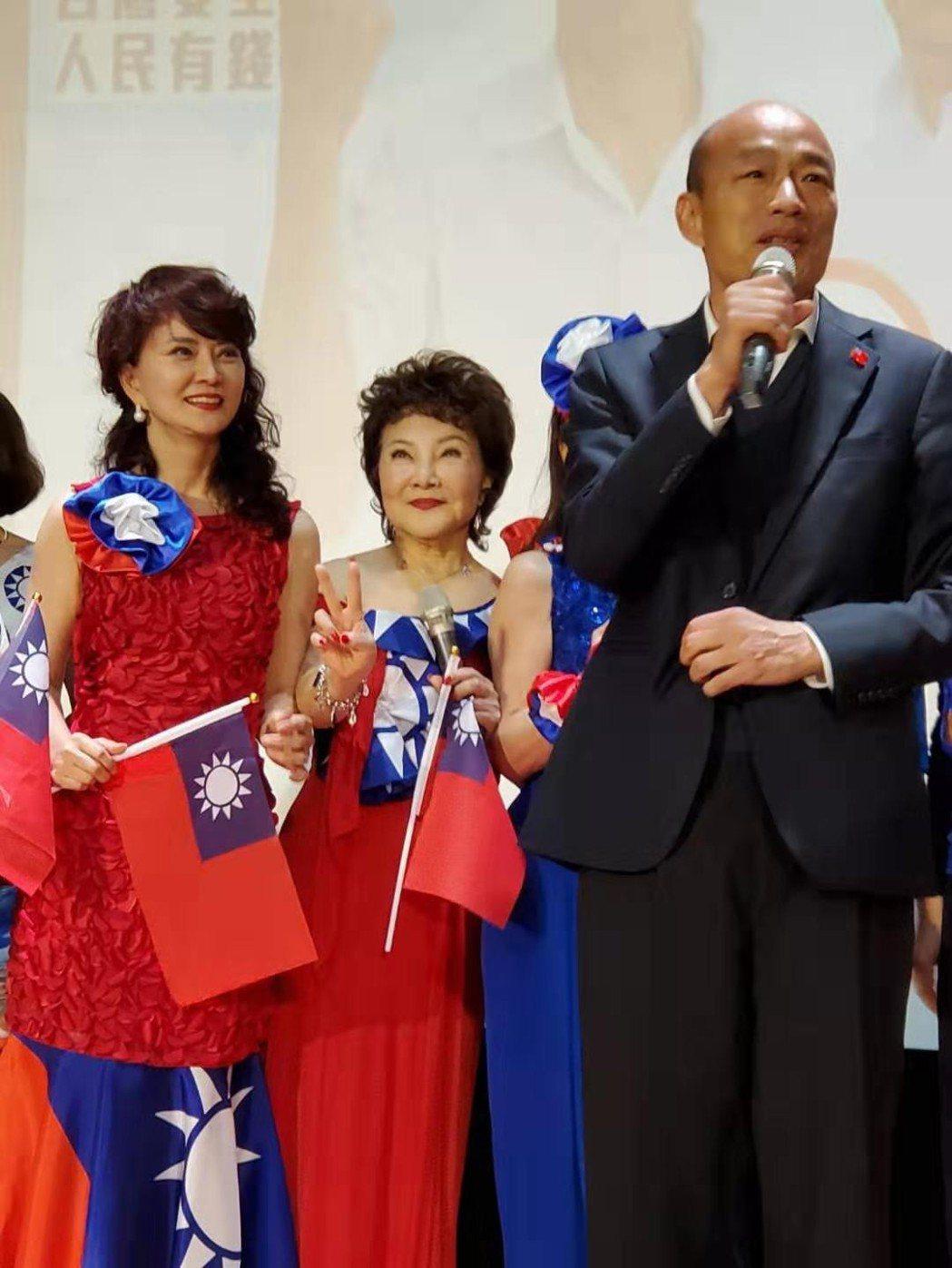 70年代巨星鄧美芳(左)出席韓國瑜海外歸國僑胞力挺大會。圖/鄧美芳提供