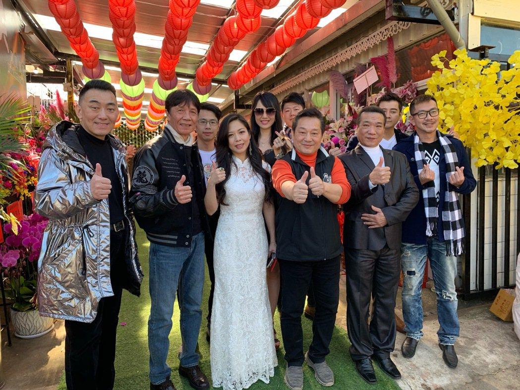 徐亨(左起)、太保、盧靚、海倫清桃、林義芳、鐵齒、陳宇風、江俊翰出席餐廳開幕。記...