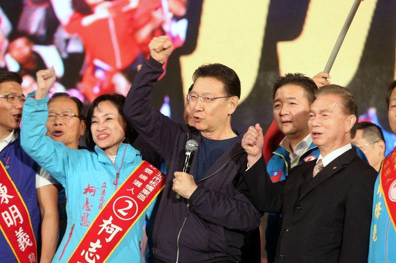 國民黨總統候選人韓國瑜在凱道造勢,媒體人趙少康(中)現身相挺。記者邱德祥/攝影