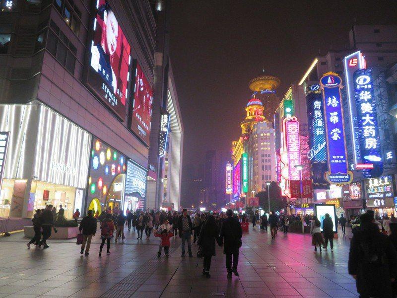 福布斯指出,要知道如何在中國行銷,得先搞懂5大行銷術語。圖為上海南京路步行街。記者林則宏/攝影