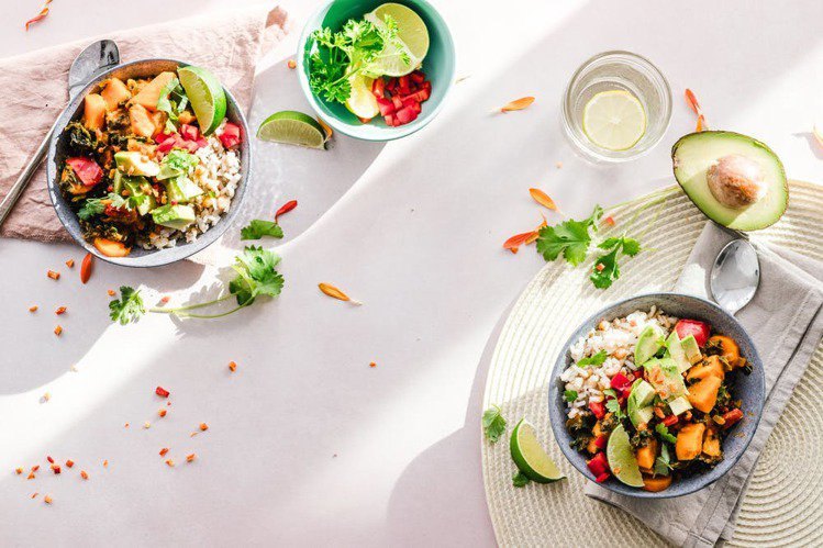 飲食中可以攝取蔬果,讓每天都水噹噹。圖/摘自 pexels