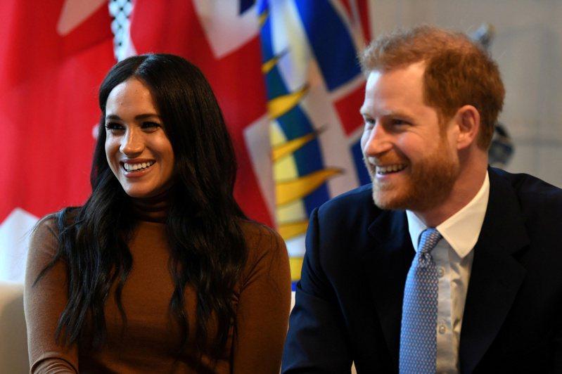 英國哈利王子(右)和妻子梅根(左)。路透