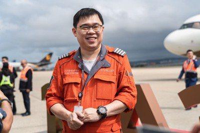星宇航空董事長張國煒將在小年夜台北往返澳門航班中,擔任機長執飛。圖/星宇航空提供
