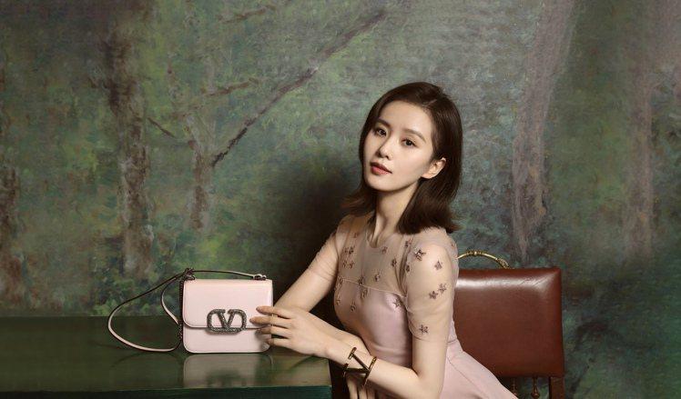 劉詩詩示範Valentino農曆新年限定系列。圖/Valentino提供