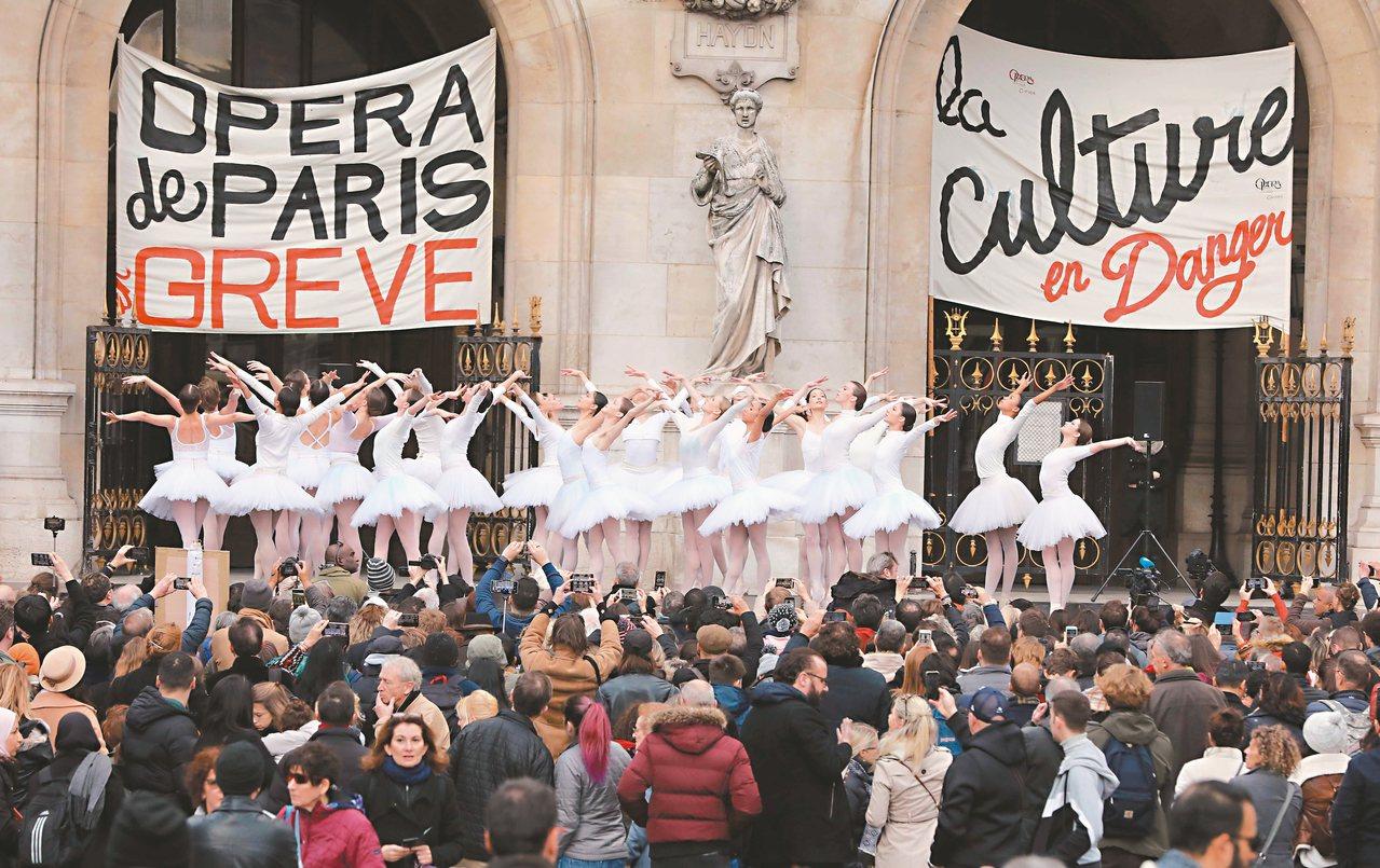 巴黎歌劇院的芭蕾舞者於耶誕夜在戶外廣場演出「天鵝湖」,表達支持罷工與反對年改。 ...