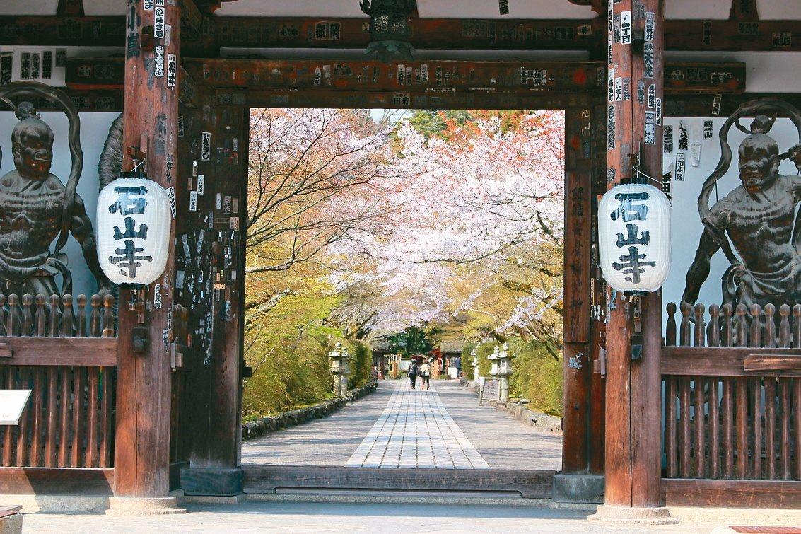 據傳紫式部在石山寺賞中秋明月時,構想出源氏物語的架構。 圖/有行旅提供