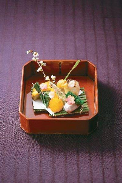 團員在「太閤園」,可以品嚐到料亭淀川邸精緻的旬味美食。 圖/有行旅提供