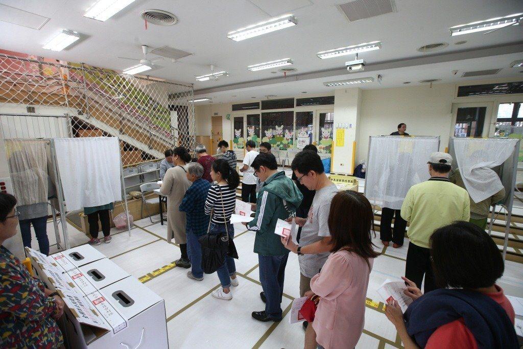 選委會提醒,六歲以下孩童與手機、印有候選人印記與標語等物品切勿帶進投開票所。 圖...