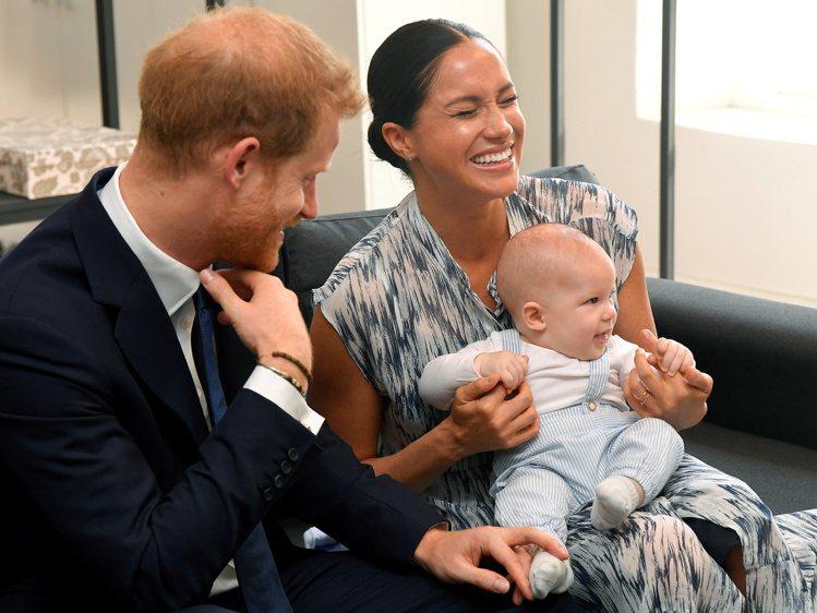 哈利夫婦去年9月帶著兒子亞契訪問南非,一家三口洋溢幸福笑容。(路透)