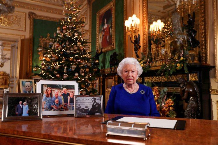 英國女王伊麗莎白二世去年耶誕節發表談話,眼尖者發現桌上的家族照片中沒有哈利一家。...