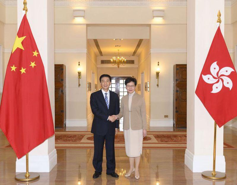 新任香港中聯辦主任駱惠寧,9日下午和香港特首林鄭月娥會面。 (歐新社)