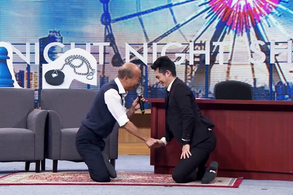 國民黨總統候選人韓國瑜(左)近日現身「博恩夜夜秀」,點閱率驚人。圖/截自「博恩夜...
