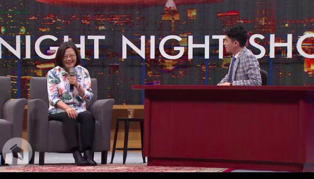 蔡英文總統(左)參加網路上當紅的脫口秀節目「博恩夜夜秀」,展現機智反應及犀利口才...