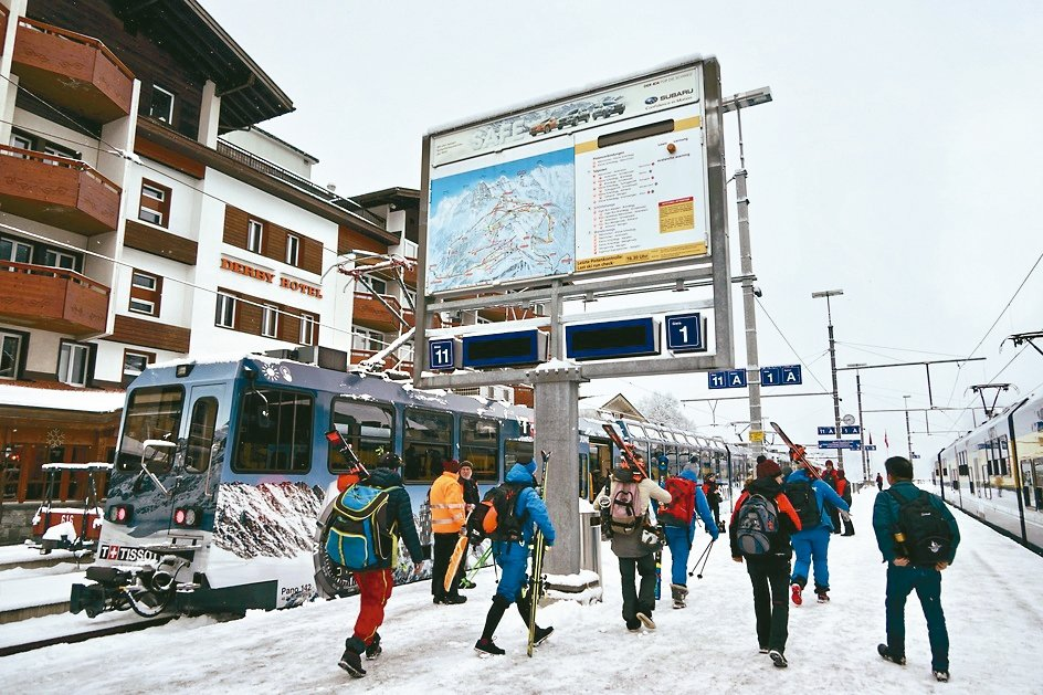 每天你都能在車站、火車上,看到揹著雪橇板準備去滑雪的遊客。 圖/陳志光、游慧君
