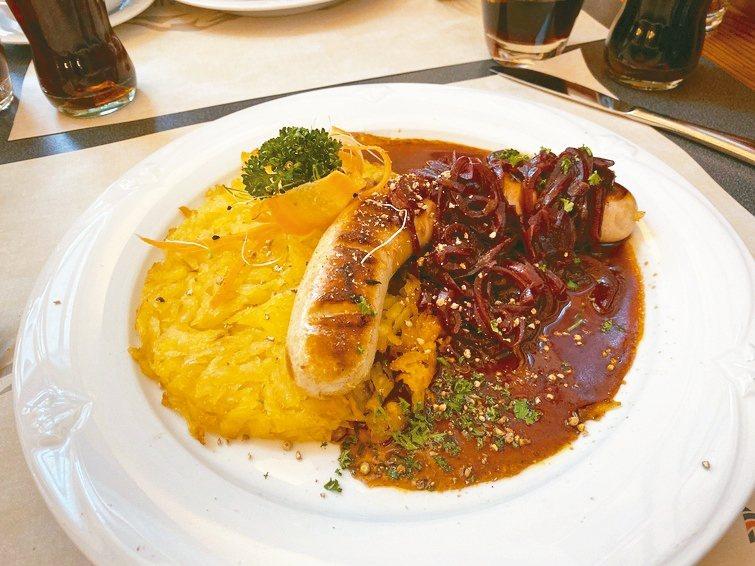 白香腸佐馬鈴薯,是經常可看到的瑞士傳統美食。 圖/陳志光、游慧君